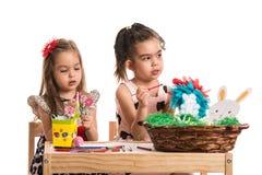κορίτσια αυγών Πάσχας πο&upsilo Στοκ εικόνες με δικαίωμα ελεύθερης χρήσης