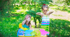 Κορίτσια, αδελφές, παιδιά, φίλοι που κόβουν το πολύχρωμο έγγραφο υπαίθριο Στοκ Εικόνες