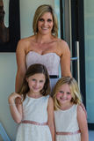 Κορίτσια γαμήλιων λουλουδιών κορών μητέρων Στοκ φωτογραφία με δικαίωμα ελεύθερης χρήσης