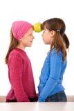 κορίτσια δύο μήλων Στοκ φωτογραφία με δικαίωμα ελεύθερης χρήσης