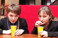 κορίτσια δύο ποτών καφέ Στοκ εικόνες με δικαίωμα ελεύθερης χρήσης