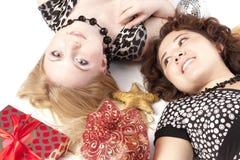 κορίτσια δώρων ευτυχή Στοκ φωτογραφία με δικαίωμα ελεύθερης χρήσης
