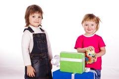 κορίτσια δώρων κιβωτίων λίγα Στοκ Εικόνες