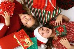 κορίτσια δώρων Χριστουγέ&nu Στοκ Εικόνες