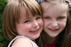 κορίτσια ευτυχή λίγα δύο Στοκ φωτογραφία με δικαίωμα ελεύθερης χρήσης
