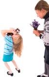 Κορίτσια εφήβων με την αναδρομική κάμερα σε ένα άσπρο υπόβαθρο Στοκ Φωτογραφίες