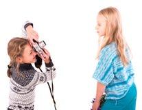 Κορίτσια εφήβων με την αναδρομική κάμερα σε ένα άσπρο υπόβαθρο Στοκ φωτογραφία με δικαίωμα ελεύθερης χρήσης