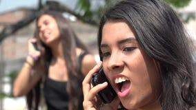 Κορίτσια εφήβων που έχουν μια συνομιλία από το κύτταρο φιλμ μικρού μήκους