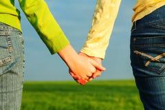 Κορίτσια εφήβων που κρατούν τα χέρια στοκ εικόνα