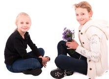 2 κορίτσια εφήβων σε ένα άσπρο υπόβαθρο Στοκ Εικόνες