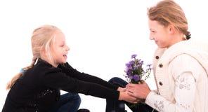 2 κορίτσια εφήβων σε ένα άσπρο υπόβαθρο Στοκ φωτογραφία με δικαίωμα ελεύθερης χρήσης