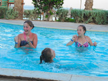 Κορίτσια εφήβων στην πισίνα Στοκ εικόνα με δικαίωμα ελεύθερης χρήσης