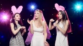Κορίτσια διασκέδασης στις χορεύοντας και φυσώντας σαπουνιών φυσαλίδες κομμάτων bachelorette απόθεμα βίντεο
