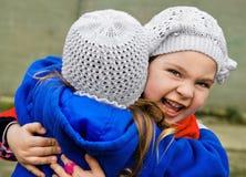 κορίτσια κάθε αγκαλιάσματος ελάχιστα άλλα δύο Στοκ εικόνα με δικαίωμα ελεύθερης χρήσης