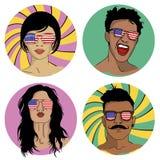 Κορίτσια και αγόρια στα γυαλιά ηλίου με την ΑΜΕΡΙΚΑΝΙΚΗ σημαία Στοκ φωτογραφίες με δικαίωμα ελεύθερης χρήσης