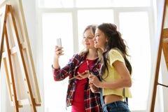 Κορίτσια καλλιτεχνών που παίρνουν selfie στο στούντιο ή το σχολείο τέχνης Στοκ φωτογραφία με δικαίωμα ελεύθερης χρήσης