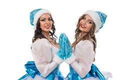 Κορίτσια κατά την προκλητική απομονωμένη κοστούμια άποψη κοριτσιών χιονιού στοκ φωτογραφία με δικαίωμα ελεύθερης χρήσης