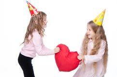 Κορίτσια λίγων συμβαλλόμενων μερών με μια μεγάλη καρδιά παιχνιδιών Στοκ Φωτογραφία