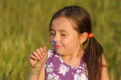 κορίτσια λουλουδιών που παίζουν τις νεολαίες Στοκ φωτογραφίες με δικαίωμα ελεύθερης χρήσης