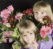 κορίτσια λουλουδιών Στοκ εικόνες με δικαίωμα ελεύθερης χρήσης