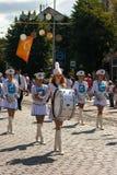 Κορίτσια Μάρτιος τυμπανιστών την ημέρα πόλεων Στοκ Εικόνες