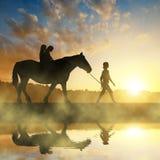 Κορίτσια με ένα άλογο Στοκ Φωτογραφία