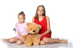 Κορίτσια με μια teddy αρκούδα Στοκ φωτογραφίες με δικαίωμα ελεύθερης χρήσης