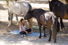 Κορίτσια με τα άλογα Στοκ φωτογραφίες με δικαίωμα ελεύθερης χρήσης