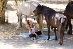 Κορίτσια με τα άλογα Στοκ φωτογραφία με δικαίωμα ελεύθερης χρήσης