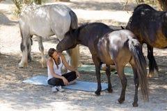Κορίτσια με τα άλογα Στοκ εικόνες με δικαίωμα ελεύθερης χρήσης
