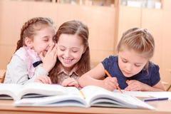 Κορίτσια με τα ανοιγμένα βιβλία στην τάξη Στοκ Εικόνες