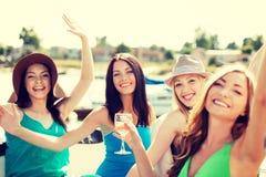 Κορίτσια με τα γυαλιά σαμπάνιας στη βάρκα Στοκ Φωτογραφία
