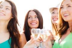 Κορίτσια με τα γυαλιά σαμπάνιας Στοκ φωτογραφίες με δικαίωμα ελεύθερης χρήσης