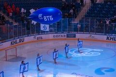 Κορίτσια με τη δυναμό σημαιών Στοκ φωτογραφίες με δικαίωμα ελεύθερης χρήσης