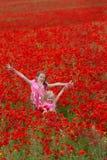 Κορίτσια με τις παπαρούνες Στοκ φωτογραφία με δικαίωμα ελεύθερης χρήσης