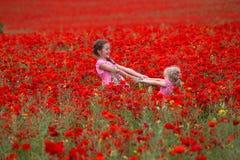 Κορίτσια με τις παπαρούνες Στοκ εικόνες με δικαίωμα ελεύθερης χρήσης