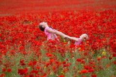 Κορίτσια με τις παπαρούνες Στοκ φωτογραφίες με δικαίωμα ελεύθερης χρήσης