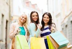 Κορίτσια με τις τσάντες αγορών σε ctiy Στοκ εικόνες με δικαίωμα ελεύθερης χρήσης