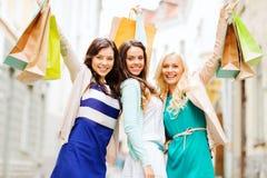 Κορίτσια με τις τσάντες αγορών σε ctiy Στοκ εικόνα με δικαίωμα ελεύθερης χρήσης