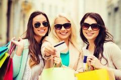 Κορίτσια με τις τσάντες αγορών σε ctiy Στοκ φωτογραφία με δικαίωμα ελεύθερης χρήσης