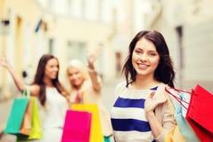 Κορίτσια με τις τσάντες αγορών στην πόλη Στοκ εικόνα με δικαίωμα ελεύθερης χρήσης
