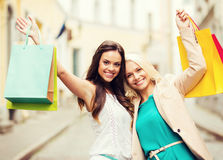 Κορίτσια με τις τσάντες αγορών στην πόλη Στοκ Εικόνες