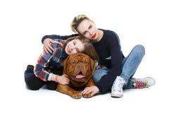 Κορίτσια με το μεγάλο καφετί σκυλί στοκ εικόνα
