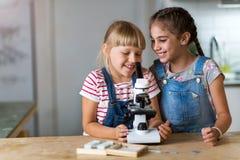 Κορίτσια με το μικροσκόπιο Στοκ Φωτογραφία