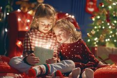 Κορίτσια με το παρόν κιβώτιο δώρων Στοκ Εικόνες
