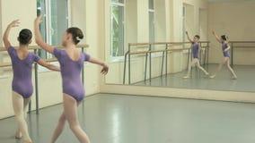 Κορίτσια μπαλέτου που ασκούν το στοιχείο χορού στο στούντιο απόθεμα βίντεο