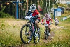 Κορίτσια ομάδας στο ποδήλατο βουνών ανηφορικό Στοκ εικόνες με δικαίωμα ελεύθερης χρήσης