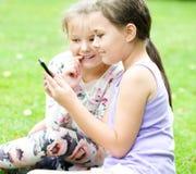 Κορίτσια που έχουν τη διασκέδαση που παίρνει selfie Στοκ Φωτογραφίες