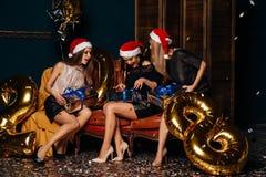 Κορίτσια που ανοίγουν τα δώρα μαζί στη γιορτή Χριστουγέννων στοκ εικόνες