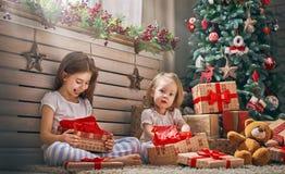 Κορίτσια που ανοίγουν τα δώρα Στοκ εικόνα με δικαίωμα ελεύθερης χρήσης